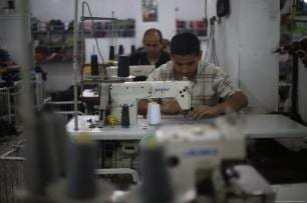 En agosto, el primer envío de ropa desde 2007 que salió de Gaza a Israel, contenía aproximadamente 3.500 piezas [Mohammed Asad / Middle East Monitor]