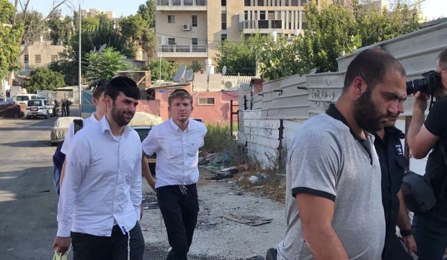 Un grupo de colonos entra en a propiedad de la familia palestina de los Shamasna escoltada por la policía israelí.