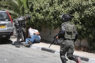 Las fuerzas de seguridad israelíes llevan a un palestino detenido tras un enfrentamiento entre las fuerzas de seguridad israelíes y palestinos, 6 de octubre de 2017 [Issam Rimawi / Agencia Anadolu]