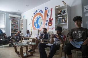 Un grupo de hombres pasa el tiempo en un centro en la isla de Samos, Grecia, 9 de octubre de 2017 [Agencia Ayhan Mehmet / Anadolu]