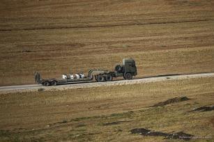 Vehículos blindados del ejército turco se dirigen a la frontera de Turquía con Siria debido al despliegue en curso en la zona de conflicto de Idlib en Hatay, Turquía, 10 de octubre de 2017 [Mustafa Kamacı / Anadolu Agency]