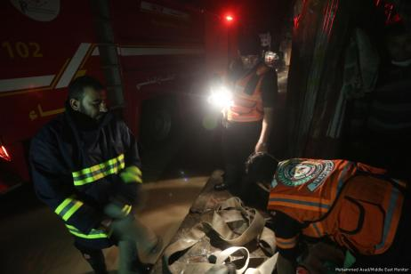 Vehículos de emergencia llegan después de que fuertes lluvias bloquearan las carreteras en Gaza el 27 de noviembre de 2017 [Mohammed Asad / Middle East Monitor]
