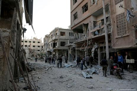 Sirios inspeccionan la escena de un bombardeo en Ghouta, Damasco, Siria, el 2 de noviembre de 2017 [Yusuf El Bustani / Agencia Anadolu]