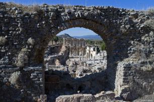IZMIR, TURQUÍA - Vista aérea de la biblioteca de Celsus, construida en 135 AD.
