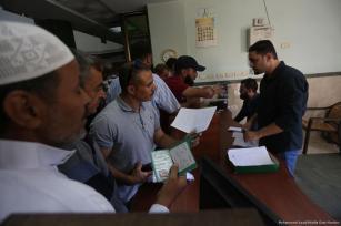 Palestinos se reúnen frente a la Agencia de Pensiones de Palestina tras conocer que la Autoridad Palestina (AP) obligará a retirarse a 18,000 militares palestinos para su jubilación [Mohammed Asad / Middle East Monitor]
