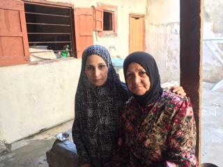 Una familia en Rashidieh, el campo de refugiados palestinos más grande de Tiro, Líbano