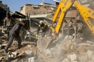 Equipos de defensa civil y civiles conducen búsqueda y rescate después de un ataque aéreo en la ciudad sitiada de Arbin, en la región oriental de Ghouta en las afueras de Damasco, 2 de diciembre de 2017 [Qusay Noor / Agencia Anadolu]