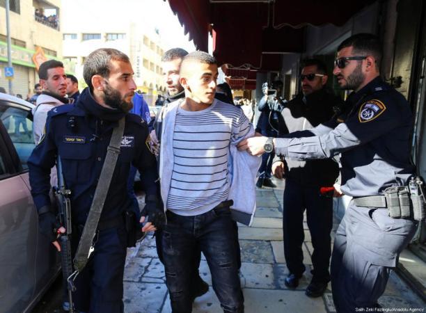 Las fuerzas de ocupación israelíes arrestan a manifestantes palestinos, 9 de diciembre de 2017 en Jerusalén. [Salih Zeki Fazlıoğlu / Agencia Anadolu]
