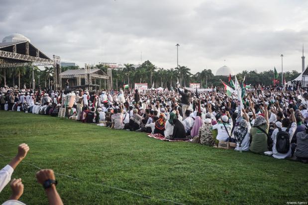 Varios manifestantes se reúnen cerca del escenario para escuchar a un grupo de ulemas en la manifestación para apoyar a Palestina en el Monumento Nacional en Yakarta, Indonesia, 17 de diciembre de 2017 [Agencia Nani Afrida / Anadolu]