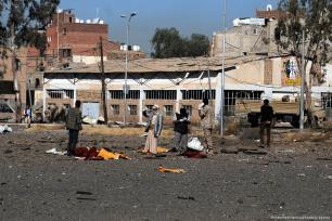 Yemeníes recogen los cuerpos de los asesinados en un ataque aéreo de la coalición encabezada por Arabia Saudí en Saná, Yemen, el 13 de diciembre de 2017 [Mohammed Hamoud / Agencia Anadolu]