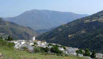Panorámica de un pueblo de Las Alpujaras, región andaluza entre las provincias de Almería y Granada