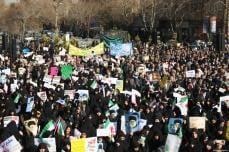 Miles de iraníes sostienen pancartas y carteles mientras participan en una concentración progubernamental en Isfahan, Irán, 4 de enero de 2018 [Agencia Morteza Salehi / Anadolu]