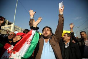 Iraníes sostienen pancartas durante una protesta tras realizar la salat del viernes en la mezquita del Imam Jomeini después de la declaración de Estados Unidos de respaldar las protestas antigubernamentales en Teherán, Irán, 5 de enero de 2018 [Fatemeh Bahrami / Agencia Anadolu]