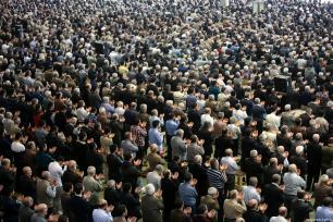 La gente escucha a Ahmad Khatami durante la jutba (discurso) durante la salat del viernes en Teherán, Irán, 5 de enero de 2018 [Fatemeh Bahrami / Agencia Anadolu]