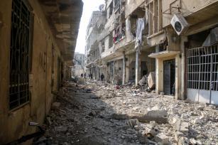 Restos de edificios derrumbados después de que los ataques del régimen de al-Assad realizados sobre la zona de pacificación del distrito Hamouriyah en la sitiada Ghouta oriental en Damasco, Siria, 6 de enero de 2018 [Samir Tatin / Agencia Anadolu]