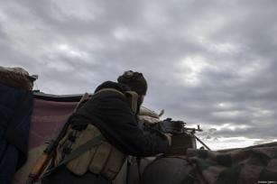 Miembros del ejército libre sirio hacen guardia esperando comenzar la operación de Afrin contra el PYD y el PKK, en Alepo, Siria, 19 de enero de 2018 [Emin Sansar / Agencia Anadolu]