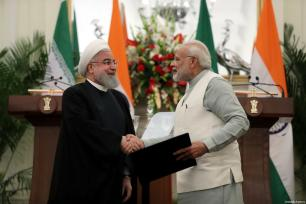 El primer ministro indio Narendra Modi estrecha la mano del presidente iraní Hassan Rouhani, después de firmar un acuerdo de cooperación entre la India e Irán, en Nueva Delhi, India, 17 de febrero de 2018 [Presidencia iraní / Handout / Agencia Anadolu]