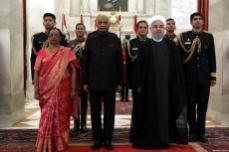 El presidente indio Ram Nath Kovind da la bienvenida al presidente iraní Hassan Rouhani durante una ceremonia de bienvenida oficial en el Palacio Presidencial en Nueva Delhi, India, 17 de febrero de 2018 [Presidencia iraní / Folleto / Agencia Anadolu]