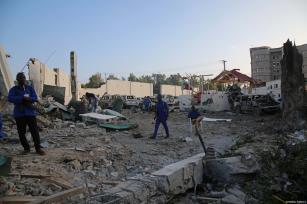 Las fuerzas de seguridad precintan el lugar tras los ataques perpetrados cerca del edificio de la Agencia Nacional de Inteligencia y Seguridad de Somalia (NISA) en Mogadiscio, Somalia, 24 de febrero de 2018 [Agencia Sadak Mohamed / Anadolu]
