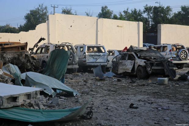 Vehículos destruidos tras los ataques perpetrados cerca del edificio de la Agencia Nacional de Inteligencia y Seguridad de Somalia (NISA) en Mogadiscio, Somalia, 24 de febrero de 2018 [Agencia Sadak Mohamed / Anadolu]