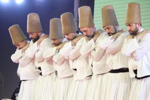 Los derviches giróvagos turcos se presentan durante la ceremonia tradicional en la Academia Dhaka Shilpakala en Dhaka, Bangladesh, 24 de febrero de 2018 [Agencia Khwaja Zia / Anadolu]