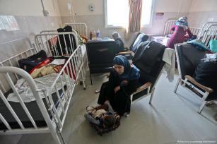 Niños enfermos permanecen en los centros médicos a pesar de que el generador no funciona debido a la escasez de combustible, en Gaza [Mohammed Asad / Middle East Monitor]