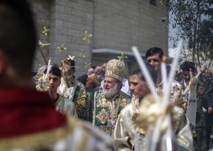 El arzobispo Alexios encabeza la procesión del Domingo de Ramos en la ciudad de Gaza, 1 de abril de 2018. En el Domingo de Ramos se celebra la entrada de Jesucristo en Jerusalén y se colocan en su camino las ramas de palma. (Mustafa Hassona - Agencia Anadolu)