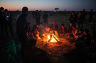 """Palestinos durante las manifestaciones del """"Día de la Tierra"""", que conmemora el asesinato de seis palestinos por las fuerzas israelíes en 1976, en Khan Yunis, Gaza, 1 de abril de 2018 (Ashraf Amra- Anadolu Agency)"""