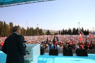El presidente turco, Recep Tayyip Erdogan, se dirige a la multitud tras asistir al sexto congreso provincial ordinario del partido AK en la provincia occidental de Esmirna, Turquía, 28 de abril de 2018 [Murat Kula / Agencia Anadolu]