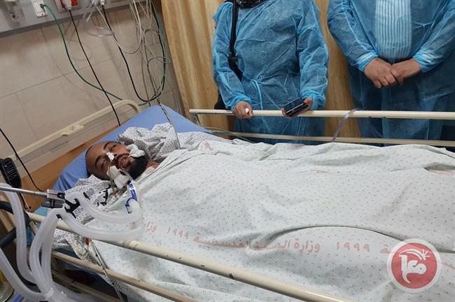 El periodista palestino Ahmad Abu Hussein llegó al Hospital Gubernamental de Ramallah la noche del domingo para recibir tratamiento, tras recibir un disparo en la cabeza mientras cubría las protestas del viernes [Twitter]