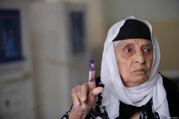 Una mujer iraquí posa para una foto tras votar en una mesa de votación para las elecciones parlamentarias iraquíes en Sulaymaniyah, Iraq, 12 de mayo de 2018 [Feriq Fereç / Agencia Anadolu]