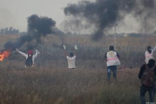"""La paramédica voluntaria palestina de 21 años Razan al-Najar (derecha) durante la protesta """"De Gaza a Haifa: Unidad de sangre y destino compartido"""" en la frontera de Gaza-Israel al este de Jan Yunis, Gaza, antes de ser asesinada por las fuerzas israelíes el 1 de junio de 2018 [Ashraf Amra / Agencia Anadolu]"""
