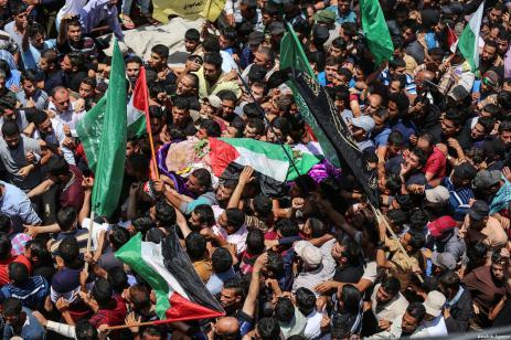 """Palestinos asisten al funeral de de Razan Ashraf al-Najjar, 21 años, una paramédica asesinada a tiros por las fuerzas israelíes mientras asistía a los manifestantes heridos durante las protestas de """"Gran Marcha del Retorno"""" el viernes, en el barrio de Huzaa de Jan Yunis, Gaza, 2 de junio de 2018 [Agencia Mustafa Hassona / Anadolu]"""