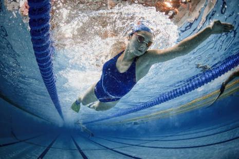 Nadadores compiten durante el 20º campeonato juvenil europeo de natación celebrado por la Federación Turca de Deportes Subacuáticos dentro de la Confederación Mundial de Actividades Subacuáticas, en el Complejo Deportivo Beylikduzu de Estambul, Turquía, 31 de julio de 2018 [Şebnem Coşkun / Agencia Anadolu]
