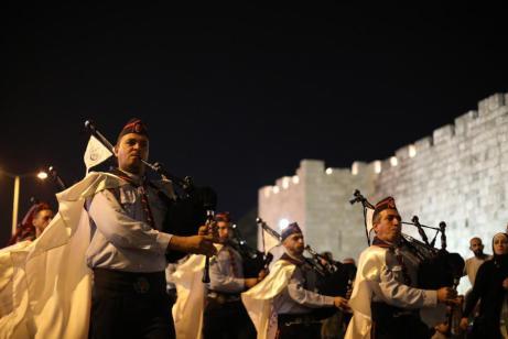 Miembros del grupo de scouts palestinos 'Hilal Al-Quds' realizan un aprocesión musical en la víspera de la festividad musulmana del Eid Al-Adha (La Fiesta del Cordero) en Jerusalén, el 19 de agosto de 2018 [Mostafa Alkharouf/Anadolu Agency]