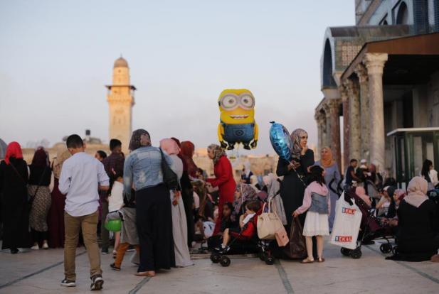 Las familias compran juguetes para los niños en el primer día de las celebraciones del Eid al-Adha en el complejo de la mezquita de Al-Aqsa en Jerusalén, el 21 de agosto de 2018 [Mostafa Alkharouf/AnadoluAgency]