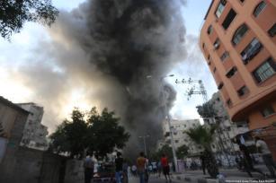 Humo denso tras los ataques de las fuerzas de la colonización israelí, Gaza [Mohammed Asad / Middle East Monitor]