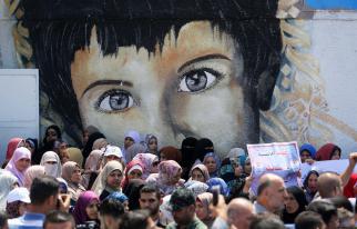 Empleados palestinos de la Agencia de Obras Públicas y Socorro de Naciones Unidas (UNRWA) participan en una protesta contra los recortes de empleos anunciada por la agencia, frente a sus oficinas en la ciudad de Gaza, 29 de julio de 2018 [Ashraf Amra / Apaimages]
