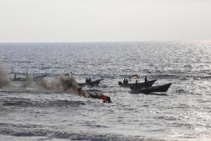 Humo en las embarcaciones palestinas después de que las tropas israelíes lanzaran granadas de gas contra los manifestantes palestinos en Gaza, el 2 de septiembre de 2018 [Mohammed Asad/Middle East Monitor]