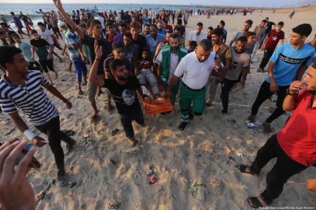 Manifestantes palestinos transportan a los heridos tras los ataques del ejército israelí en la frontera marítima entre Gaza e Israel [Mohammed Asad/Middle East Monitor]