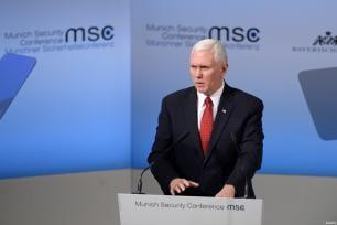 El vicepresidente de los EE. UU., Mike Pence, habla en la 53ª Conferencia de Seguridad de Munich (MSC) en el Hotel Bayerischer Hof en Munich, Alemania, el 18 de febrero de 2017. El evento anual reúne a representantes gubernamentales y expertos en seguridad de todo el mundo. (Andreas Gebert - Agencia Anadolu)
