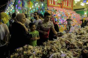 Las luces de Ramadán, también llamadas fanouses, se venden en un mercado antes del Mes Sagrado de los Musulmanes del Ramadán en el vecindario Sayyida Zaynab de El Cairo, Egipto, el 4 de mayo de 2019. Las luces de Ramadán tienen una función decorativa, están diseñadas específicamente para el mes sagrado. (Ahmed Al Sayed - Agencia Anadolu)