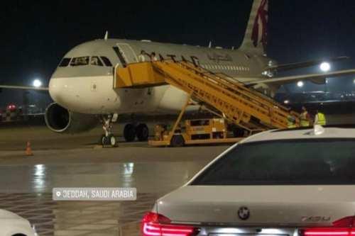 Un avión de Qatar Airways aterriza en Arabia Saudí por…