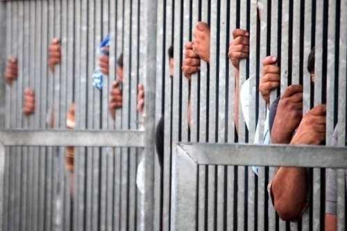 Después de una redada repentina en su celda, un preso…