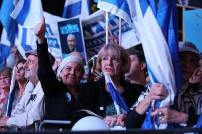Los israelíes sostienen pancartas durante una manifestación en apoyo del primer ministro de Israel Benjamin Netanyahu en Tel Aviv, Israel, el 26 de noviembre de 2019 [Mostafa Alkharouf / Agencia Anadolu]