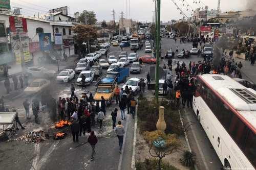 Cientos de bancos y instalaciones gubernamentales quemados en disturbios en…