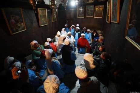 Los cristianos nigerianos se reúnen en la Iglesia de la Natividad, que se cree que es el lugar de nacimiento de Jesús para asistir a la ceremonia de Navidad en Belén, Cisjordania, el 24 de diciembre de 2018 [Isam Rimawi / Agencia Anadolu]