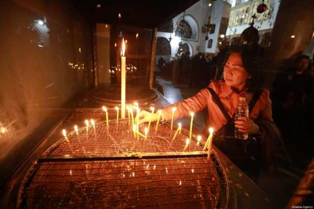 Los cristianos palestinos se reúnen en la Iglesia de la Natividad, que se cree que es el lugar de nacimiento de Jesús para asistir a la ceremonia de Navidad en Belén, Cisjordania, el 24 de diciembre de 2019 [Isam Rimawi / Agencia Anadolu]