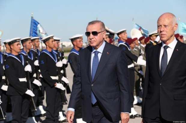 El presidente de Turquía, Recep Tayyip Erdogan, es recibido por el presidente de Túnez, Kais Saied en Túnez, el 25 de diciembre de 2019 [Presidencia turca / Murat Cetinmuhurdar - Agencia Anadolu]