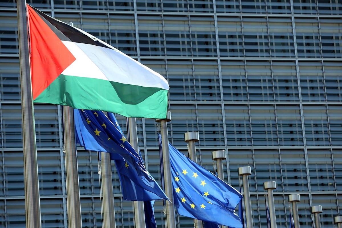 Se ve una bandera palestina en un asta de bandera afuera del edificio de la Comisión Europea en Bruselas, Bélgica [Dursun Aydemir / Agencia Anadolu]